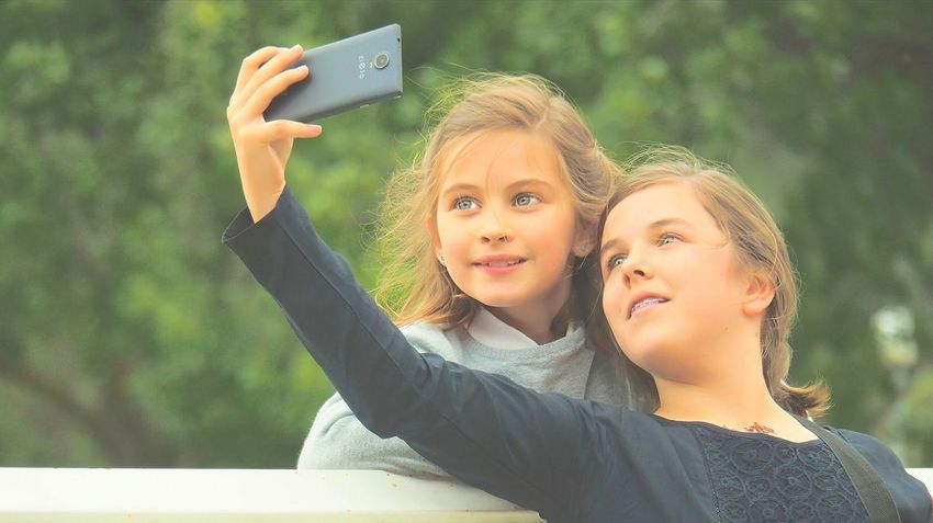 Dos fotos Selfie Smiling Photography Themes Child Photo Messaging Females Portrait Happiness Beautiful People People Teenager Cheerful Smart Phone Photographing Girls Beauty Nature Self Portrait Photography Wireless Technology Green The Portraitist - 2017 EyeEm Awards