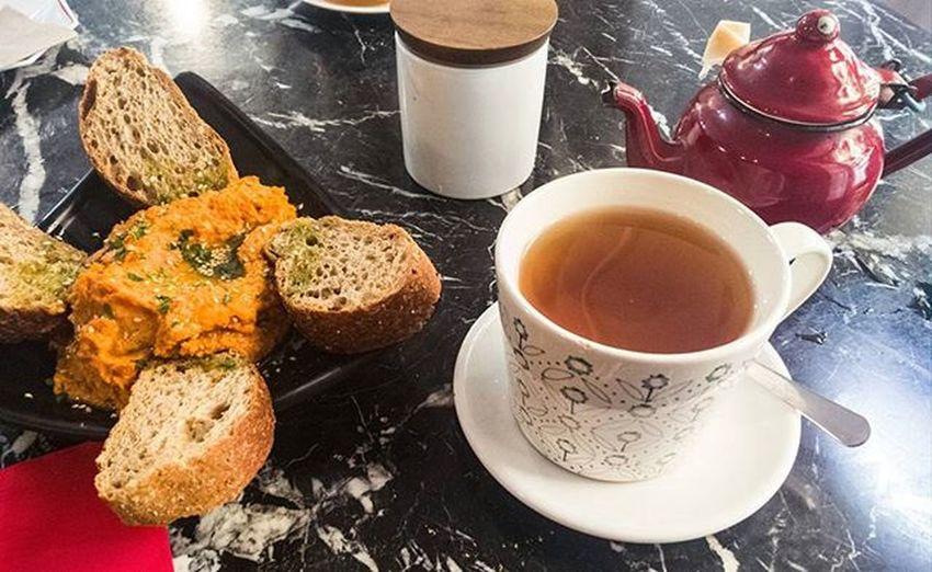 Almuerzo en Tiyoweh , Hummus con té verde. Bonito y tranquilo Restaurante . Te Tea Teverde Greentea Veg Vegetarian Vegetariano