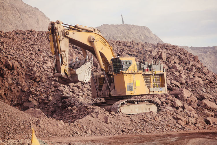 Big shovel loading of copper ore Chile Earth Heavy Industrial Industry Minerals Oversized Transport Transportation Copper  Day Dump Earth Mover Loading Mine Mineral Mining Mining Industry Outdoors Quarry Quarry Rock Shovel Vehicle Yellow