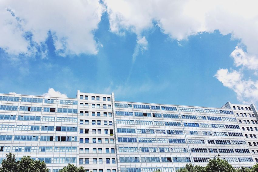 Another one from Berlin Mitte Architecture. Berlin Berliner Ansichten Berlin Mitte Architecture Lookingup Looking Up Lookingup_architecture Looking Up! Lookingupatbuildings Residential Structure Residential Building Residential District Blue Blue Sky Blue Sky And Clouds