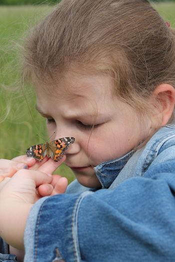 Butterfly Frühling Children Wiese  Hello World Schmetterling Things I Like Kid Begegnung Insekt Spazieren Taking Photos Hi! Freundschaft Freunde ♥ Friends ❤