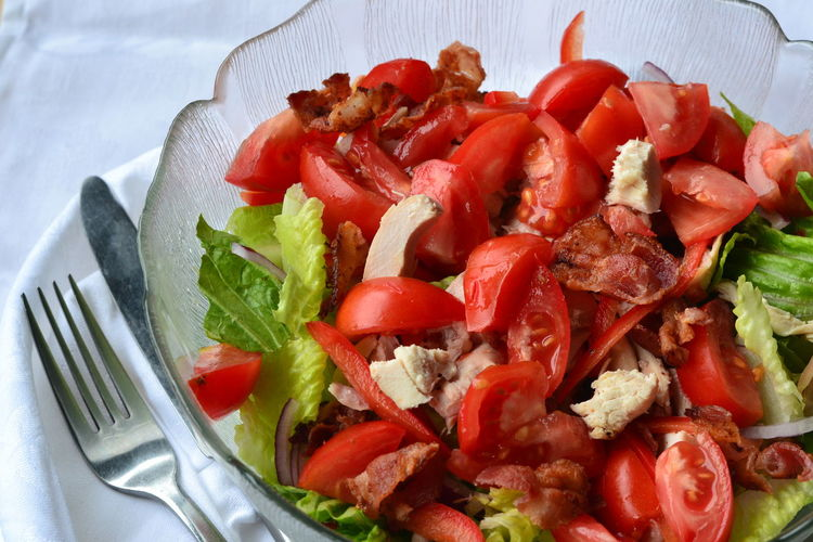 Bacon, Lettuce and Tomato Salad with Chicken: close up, selective focus. Atkin's Diet Chicken Keto Lunch Bacon Close Up Close-up Dinner Food Food And Drink Healthy Eating Ketogenic Ketogenic Diet Salad Lettuce Low Carb Diet Low Carb Food Low Carbohydrate Ready-to-eat Red Ripe Salad Tomato