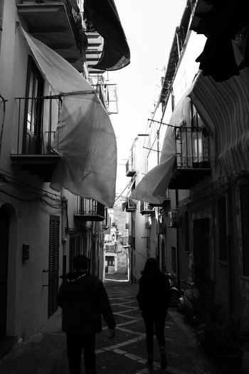 Tra i vicoli di Cefalù, Sicily Italia Sicilia Cefalú, Sicilia, Mare, Paesaggio Built Structure Architecture Building Exterior City Real People Walking Building