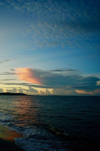 夜明け前。朝焼けに染まった雲の薄