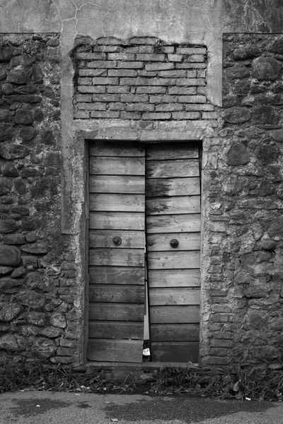 Abandoned Blackandwhite Building Exterior Door Entrance Façade Nostalgia Nostalgic  Old Old House Ruins Black And White Black&white Monochrome No People Urbanphotography Outdoors Street Bad Condition Porta Facciata Vecchia Casa