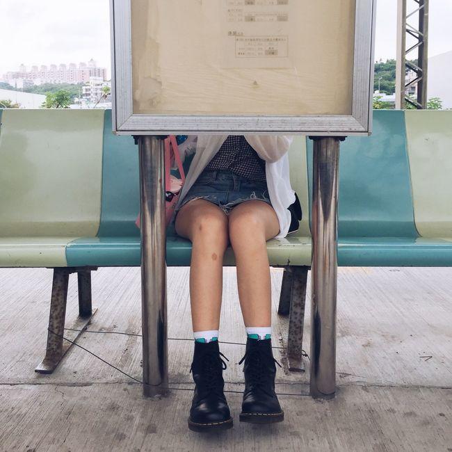隱藏版座位 埔心車站 桃園 台灣 臺灣 Taiwan Taoyuan Taiwan Taoyuan Dr. Martens DR.MARTENS Low Section Sitting One Person Human Leg Shoe Human Body Part Body Part Seat Women Bench Front View The Creative - 2018 EyeEm Awards