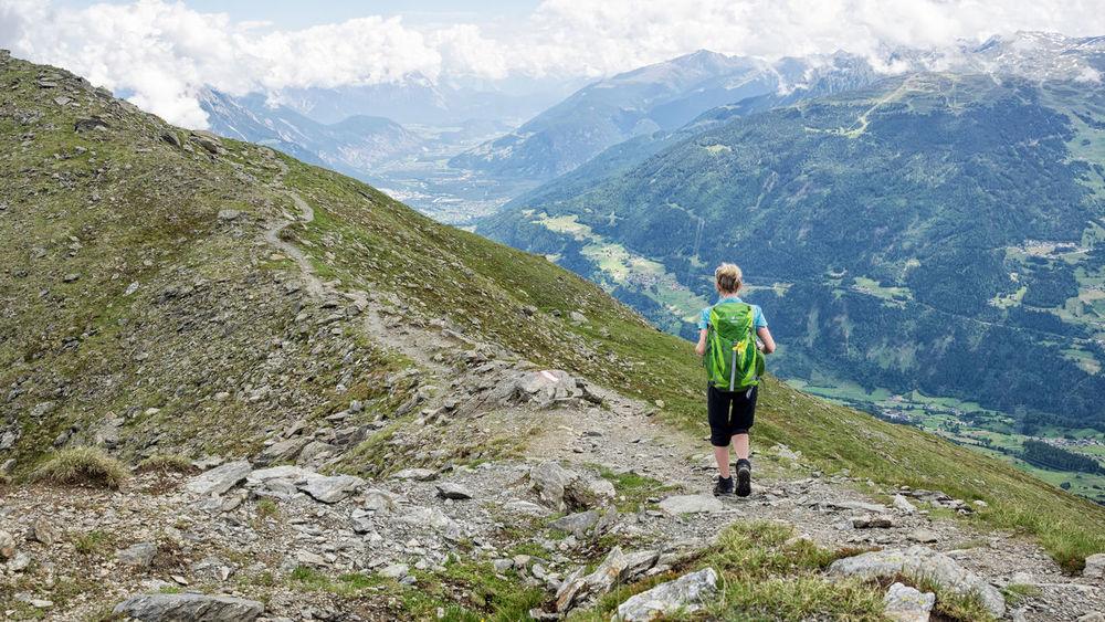 E5 Wanderweg Alpen Berge E5 One Person Only Rock Wanderweg Adventure Alps Alps Austria Backpack Bergrücken Bergwandern Hiking Mountain Nature One Person Outdoors Top Of The Mountains Top View Trail Travel Uphill Vacations Wandern Wanderung