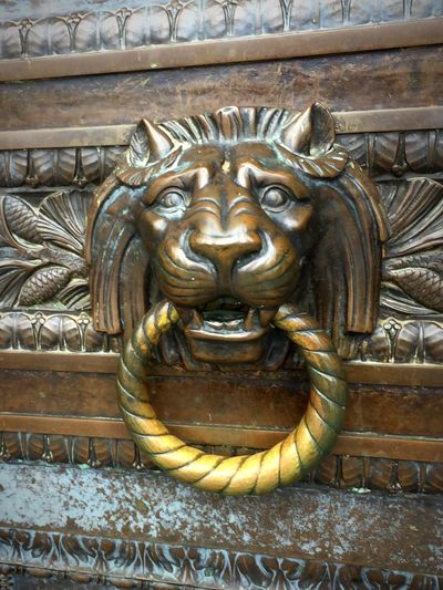 KNOCK 3 TIMES— Behind this oh so welcoming door walk the most powerful decision makers in Washington State...We put our faith in these people. I elect to think they put their faith and goodness in the people for whom they represent! 🙏🏻 EyeEm Selects EyeEm Gallery Politics And Government Governement Governmenthouse Ornate Door Representation Architecture Statue Built Structure Close-up Ornate No People