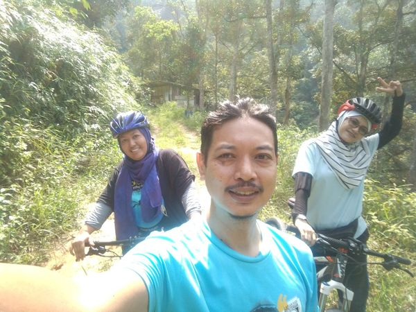 Naturelover Lifestyles Nature Adventure Real People Jungle Shoot Togetherness Smiling Day Looking At Camera Leisure Activity Enjoyment Outdoors People Fun Mature Adult Bonding Sunlight Sport Headwear Bicycle Adventuring Bycicle Ride Bicycle Adventures Bicycle Track EyeEmNewHere