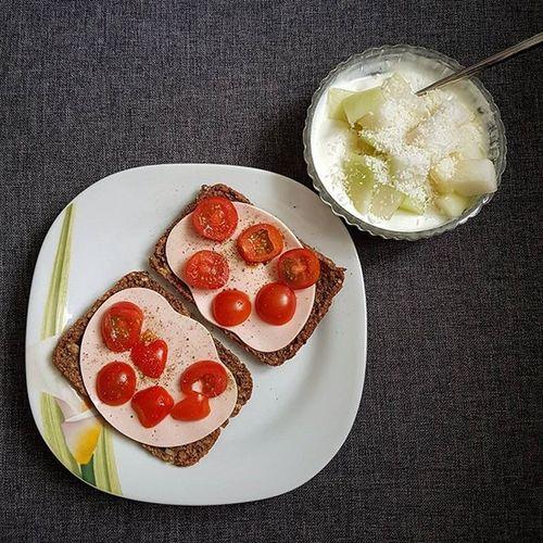 Heute habe ich mal Eiweißbrötchen von Kaufland probiert und bin eher nicht so begeistert. Irgendwie finde ich den Geschmack nicht sonderlich toll und Vollkornbrot gefällt mir besser. Der Vorteil: Sie halten wirklich lange satt, was aber auch an den 125g Magerquark mit Melone liegen könnte. ;) . Magerquark Tomate Eiweißbrötchen Vegi Mortadella Vegetarischerschinkenspicker Rügenwaldermühle Melone Kokos Lecker Frühstück Gesundleben Genuss Gesund Gesundessen Gesundabnehmen Abnehmen2016 Abnehmen Abnehmendurchkalorienzählen Kalorienzählen Kalorien Kalorienarm Kcal Fddb Fddbextender abnehmenohnezuhungern
