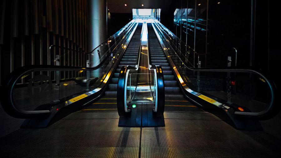 朝来何事遣浮生,去看复仇者联盟,大厅也还这么空,电梯也还没有动。 Escalator Staircase Indoors  Moving Walkway  Underground Hall Gate
