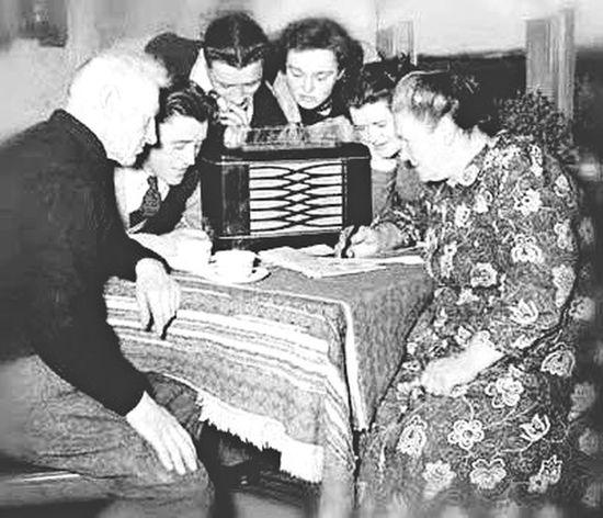 Oldphoto Oldpeople Amazinglife People Watching Hello World Radio Family