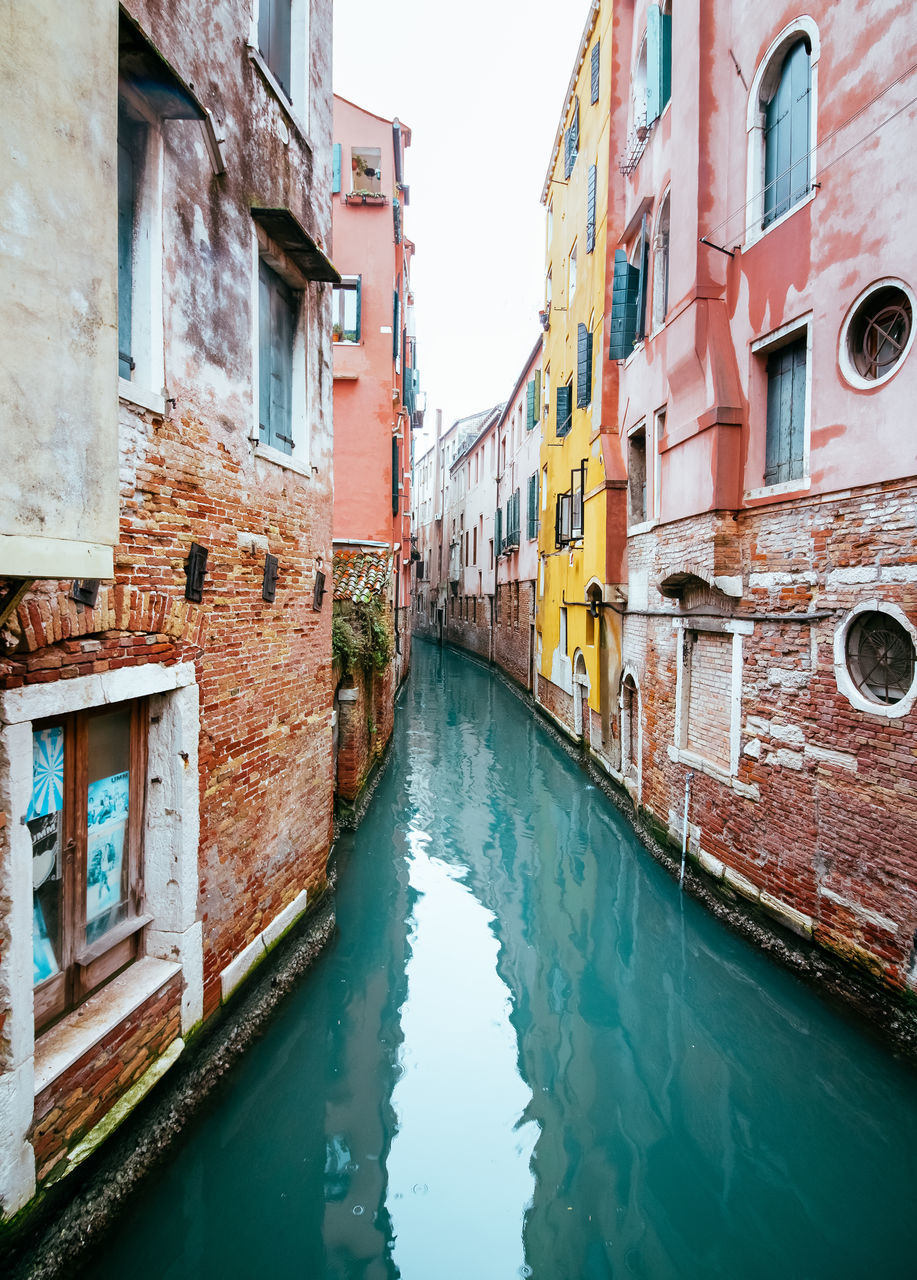 building exterior, architecture, built structure, canal, window, residential building, outdoors, house, day, no people, water, waterfront, sky, nautical vessel, city