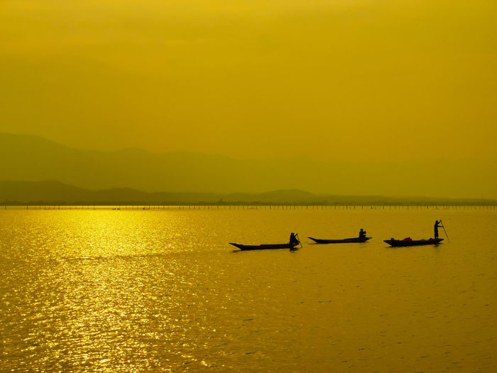 Fishermen's Life Fisherman Boat Fishing Boat Fisherman Gondola - Traditional Boat Rowing Water Nautical Vessel Oar Sunset Yellow Sculling Silhouette Kayak
