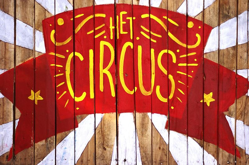 Het circus Dutch Arts And Crafts Painting Communication Text Happy Yellow Wood Sign Circus Day Outdoors Architecture