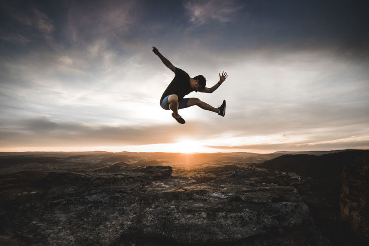 Leap of faith. Jumpshot Nature Exploring Sunset Mountains Nationalpark