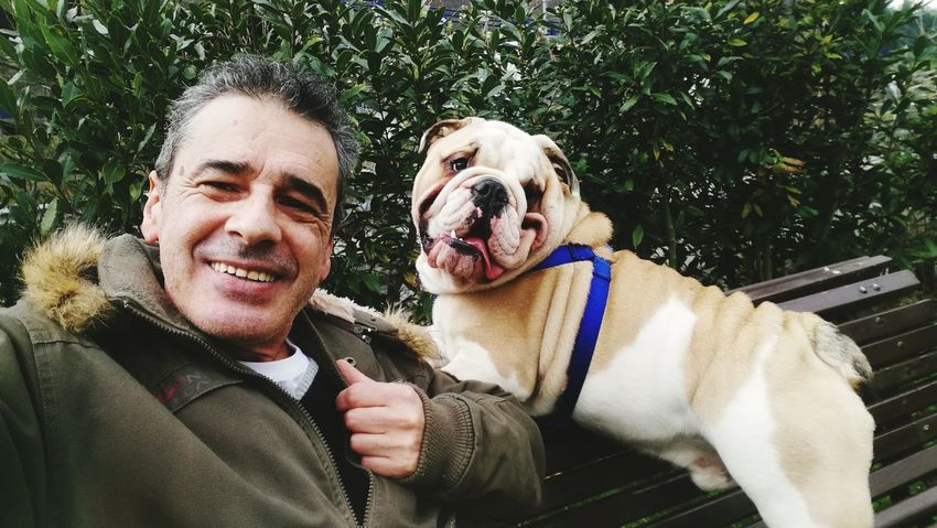 Mi perro Thor y yo. #Thor 🐶 #BulldogIngles🐶 Friendship Pets Portrait Smiling Cheerful Happiness Dog Protruding Looking At Camera Men