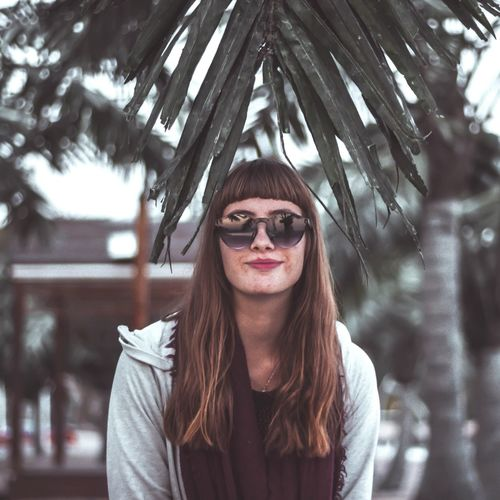 Jaklin Young Women Portrait Smiling Females Women Beautiful People Beauty Child Happiness Cheerful Hippie Palm Tree Lipstick Fashion Model Eyelash Make-up Red Lipstick Lip Gloss Eye Make-up Coconut Palm Tree Human Lips Boho Hipster - Person