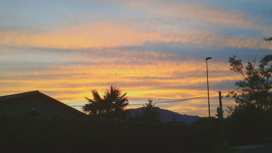 """""""E al tramonto milioni di pensieri salgono verso il cielo per accendere il suo cuore..e adagiati sulle nuvole aspettano la notte per diventare sogni""""🌟✨ ✨ Tramonto Tramontoacolori Tramonto Romagnolo Pomeriggio Tramonto Bellissimo Cielo Rosso Azzurro Arancione Fotografia Passeggiatepomeridiane Panorama Foto Nature"""