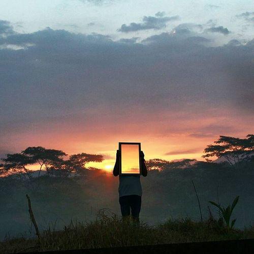 Menatap langit sebagai cerminan diri, untuk menyadari kebesaran Illahi.. Place : galuga, bogor jawa barat. Surrealism Peopleinframe Framed Mirror Sunset Artovisual Creativevisual Awesomeminimal Minimalpeople Bogorpisan Explorebogor Indonesiantraveler