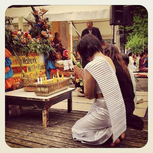 Meditation vor dem Buddha Vesakh Pray Iphoneonly Munich Buddhism Westpark