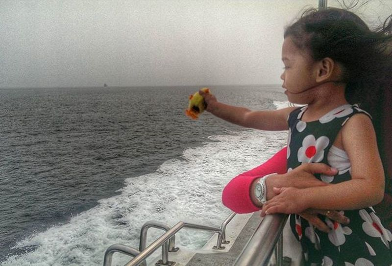 Gadis kecil ingin ke luar Menantang alam Tapi di sana hujan Tiada berkesudahan Igdumai INDONESIA Gadgetgrapher Gadgetgrapher_riau Htcone M7 OneM7 HTC Igersriau Seputardumai