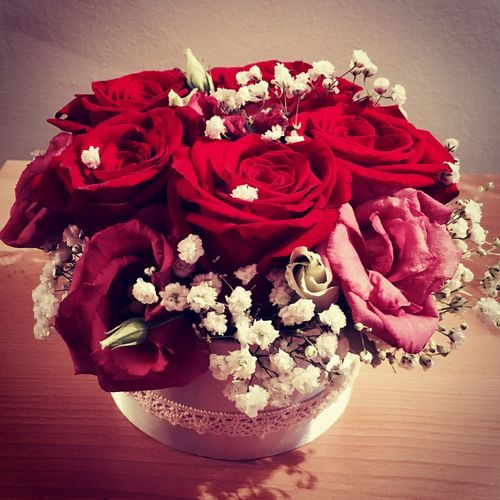 Flower Rose - Flower Fragility Petal Freshness Vase Bouquet Flower Head Red Table Indoors  No People Nature Beauty In Nature Close-up Day EyeEmNewHere