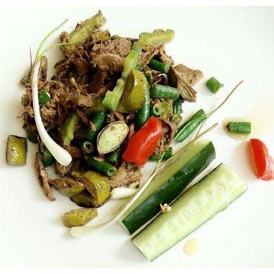 Salad Rendang (kacang panjang, pare dan petai) dgn lalapan timun. Akucintamasakanindonesia Tribalproject