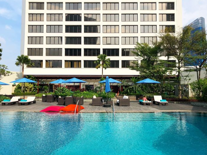 Where I would like to be right now: at the pool in @mo_jakarta #GraupixAtMO #GraupixJakarta 🇲🇨 Built Structure Building Exterior Architecture Plant Tree Day Building