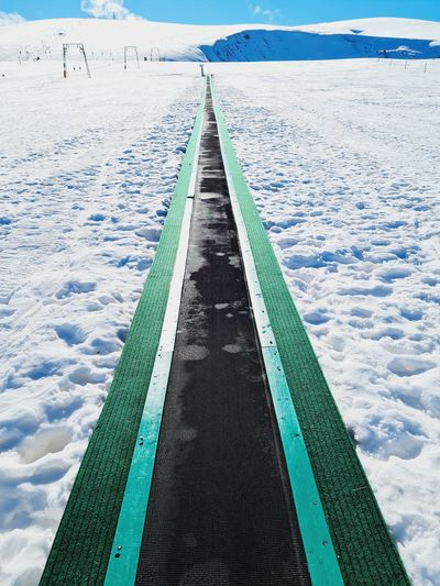 Conveyor belt for skiers