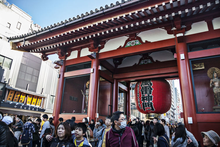 People at entrance of asakusa kannon temple