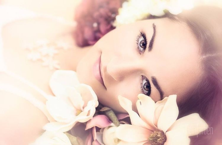 Flowerpower im Studio Feinfarben Beauty Photography Studio Accessoires Flowers Orchids Model Looking Lying On The Floor Young Women Portrait