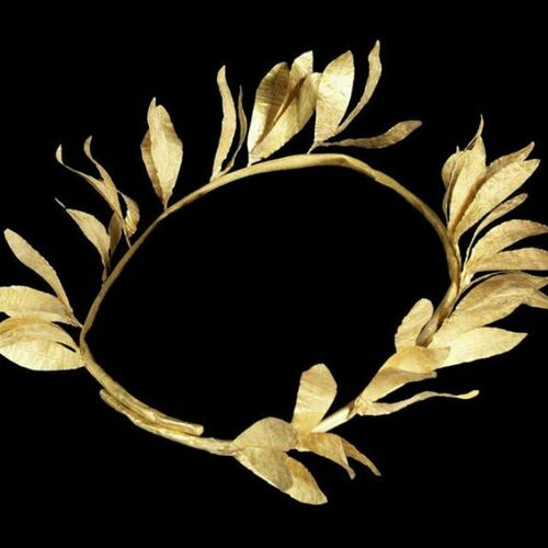 Tam da Yunan sanati calisirken, guzel kafalara Yunan taci📝📖👸 A Hellenistic  Gold Diadem circa 2nd Century B.C. composed of a tubular stem forming an overlapping ring with sprays of leaves each with a central repoussé vein, the sprays attached to the diadem with gold wire. Greek Art Arthistory Hellenisticperiod from Bonhams Jewelry Ancientjewelry Jewelleryaddiction Jewelryloversonly Turkishfollowers Sanattarihi Jewelryhistory Historyofjewelry