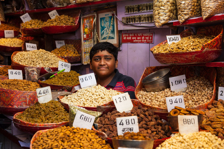 Child Selling To Earn Few Bucks India Indian Culture  New Delhi Spice Bazaar Child Selling Old Delhi Poverty Poverty But Happiness