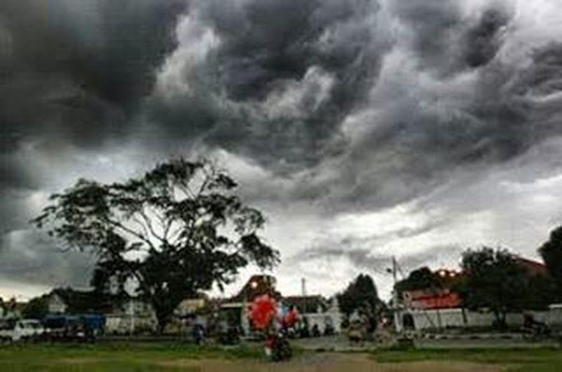 Mungkin kita bisa bicara sejenak tentang hujan, juga tentang awan yang bergerak dilangit sebelum tetea air jatuh menjadi gerimis.. Alkidjogja Camerahpgw Yogyakarta Mendung Awan