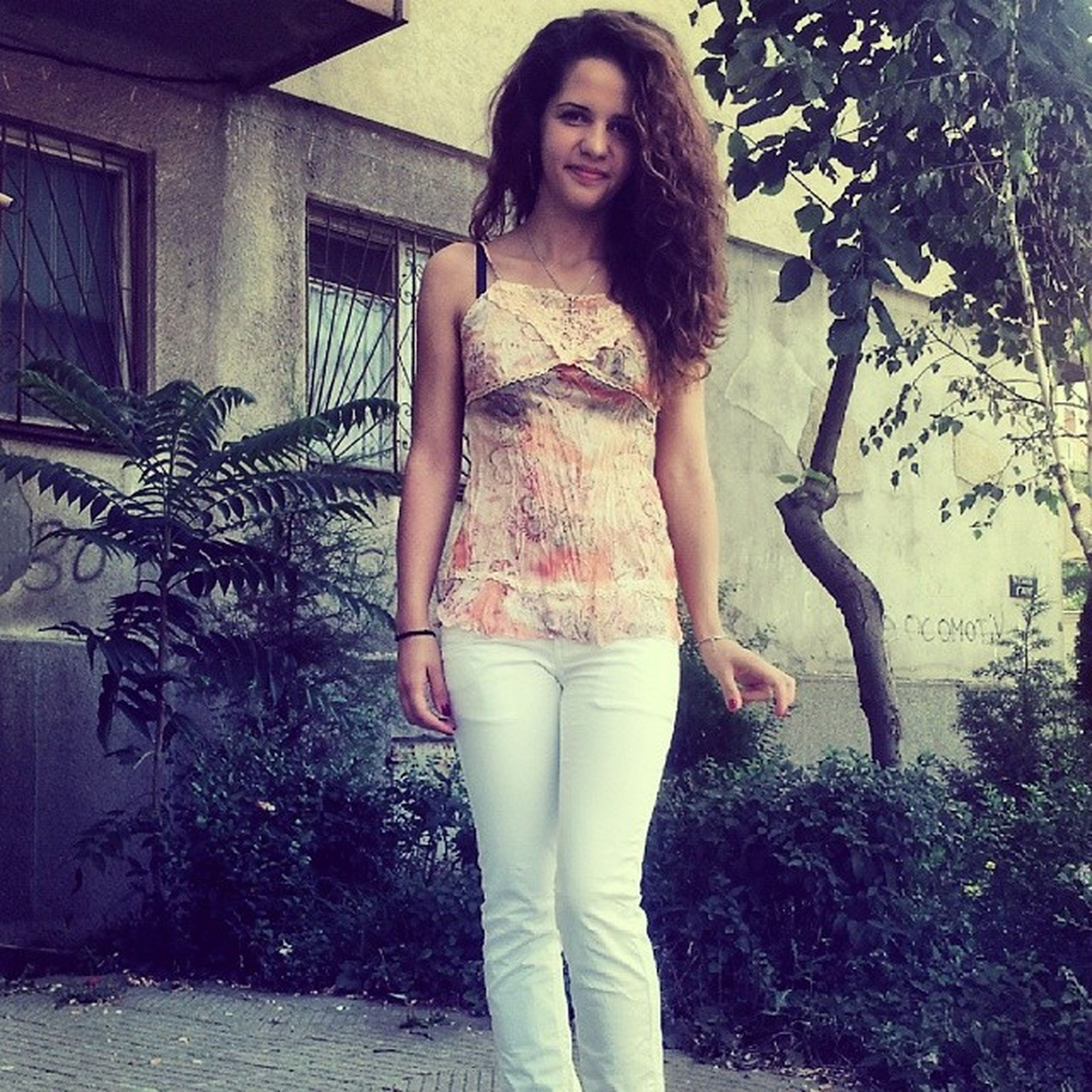 young adult, young women, person, lifestyles, casual clothing, standing, portrait, front view, looking at camera, long hair, leisure activity, three quarter length, full length, beauty, sensuality, posing, smiling