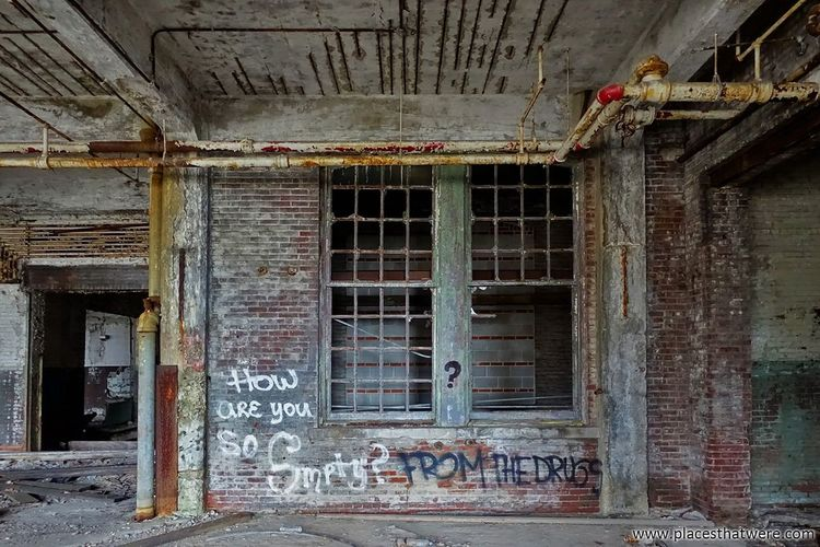 Creepy windows. http://www.placesthatwere.com/2017/12/abandoned-warner-and-swasey-company.html Abandoned Creepy Urbex Factory Windows Rust Belt Eerie Abandoned Places Abandoned Buildings Abandoned & Derelict Decay Graffiti Urban Exploration Cleveland Ohio Built Structure No People Day Indoors