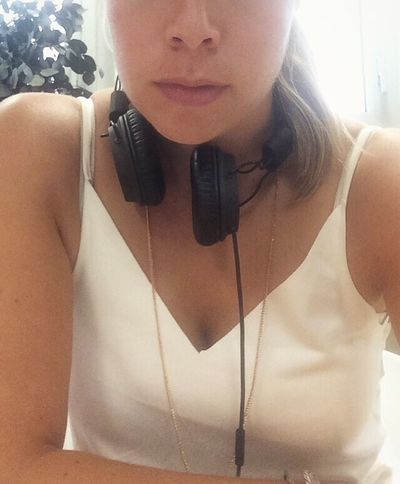 Working Headphones Marshall Marshall Headphones Woman Woman Portrait Womanity  Womanselfie ThatsMe Blonde White White Color White Outfit Gold Gold Jewelry Coworkers Coworking Serious Work Working Hard Young Adult Young Women Lifestyles TakeoverMusic Lips