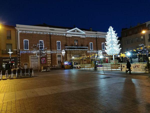 La Plaza del Ayuntamiento de Perpignan Iluminada de Luces Navideñas
