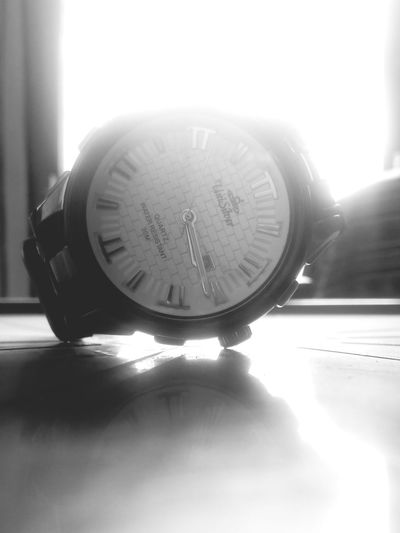 Reflection Sunlight Close-up Indoors  Clock Face uni silver watch ⌚