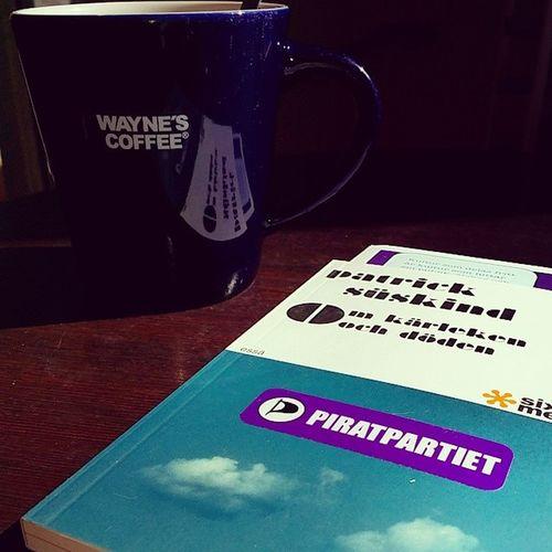 Ägnar mig åt lite analog kulturdelning och kaffedrickande. Kulturbombning Piratpartiethärnösand Piratpartiet Waynes