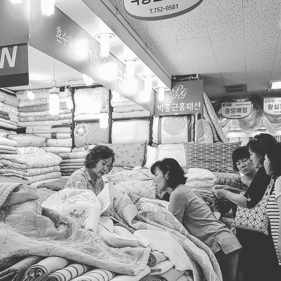 Bedsheets Bedspreads Blankets South Korea Seoul Korean Market Seoul Market Seoul Streetphotography Streetphotography Bnwstreetphotography Bnwphotography Bnwseoul Tripwithsonmay2017 Tripwithson2017 Namdemun Market