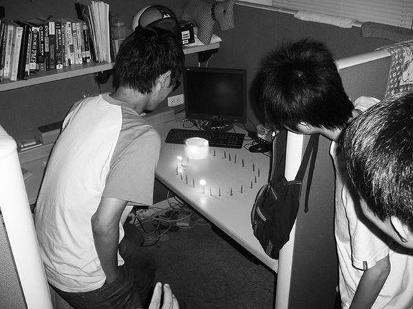 最近夢境的組合是參雜著各個時期的朋友,出現在某個時期的校園,不斷上演著記憶錯亂的尷尬場景。 圖片是某年實驗室同學們精心準備的生日蛋糕。燒剩下的紙片意外的保留了很久 Kuas Bmwlab Bday Dream Friends