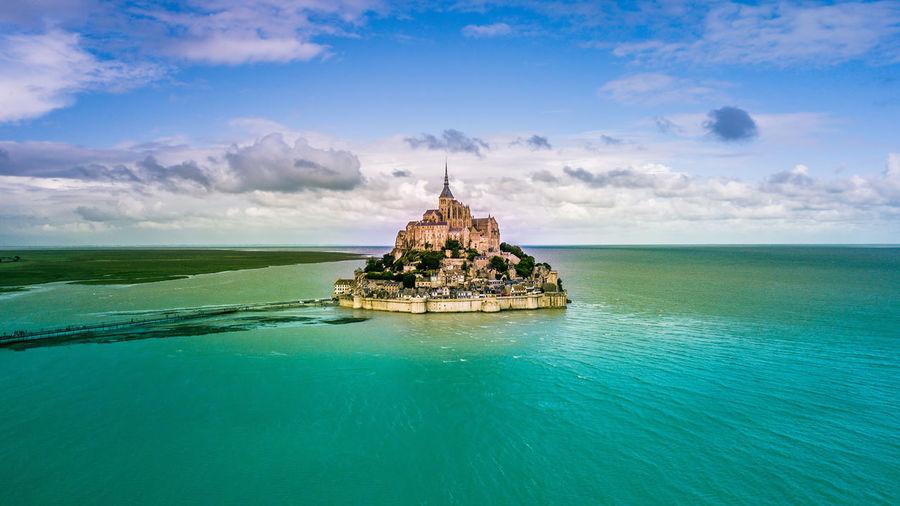 Le mont saint-michel amidst sea against sky