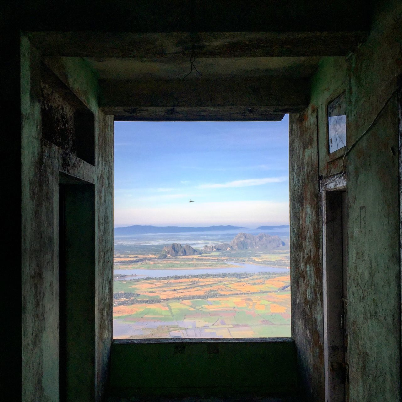 SCENIC VIEW OF SEA AGAINST SKY SEEN THROUGH ARCH