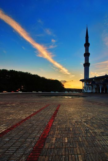 Red line of sky during sunset at Shah Alam's mosque Sky Sunset Mosque Towers Religion Malaysia Travel Destinations Istanbul Turkey Malaysia Truly Asia Muslims Hajj Ramadhan Ramadan  Eid Mubarak Dome Road Architecture Ramadan  Fasting Square Tower Sultan Salahuddin Abdul Aziz Mosque Istanbul Saudi Arabia Dubai