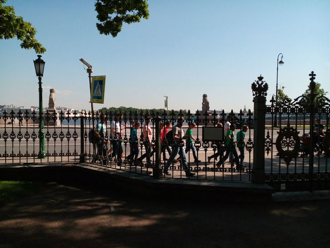 Туристы дружною толпою.. People City Tourists Historical Place Neva River