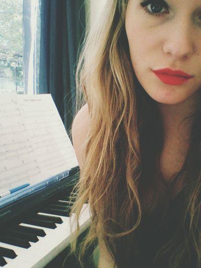 Sur la musique on va on vient, corps contre corps, main dans la main, plus rien n'existe, plus rien de rien quand je te tient du bout des doigts pour te ramener contre moi Musique Fauve Piano Portrait