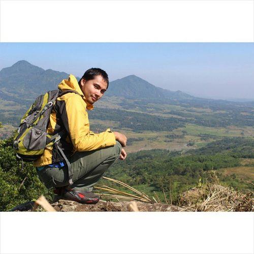 Lelah tapi terbayar semuanya.. Yukwisata Jalan2terus Rei Gunungbatu Onedayhiking Onedaytrip Gunung Indonesiaindah BeautifulIndonesia Alonetraveler Alonetrip Instagram MyAdventure Mytrip