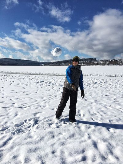 Schnellballwurf Snowball Snowball Fight One Person Nature Leisure Activity White Color Outdoors Beauty In Nature Warm Clothing Day Land Standing Lifestyles Full Length